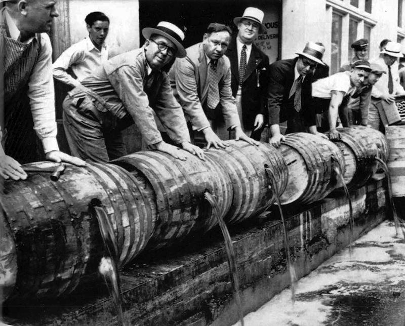 Camareros y propietarios tiran a la calle el alcohol de sus bares el día de la aprobación de la Ley Seca