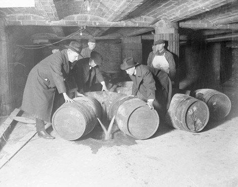 Destrucción de barriles de alcohol