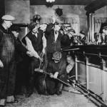 Agentes destruyen el alcohol de un bar